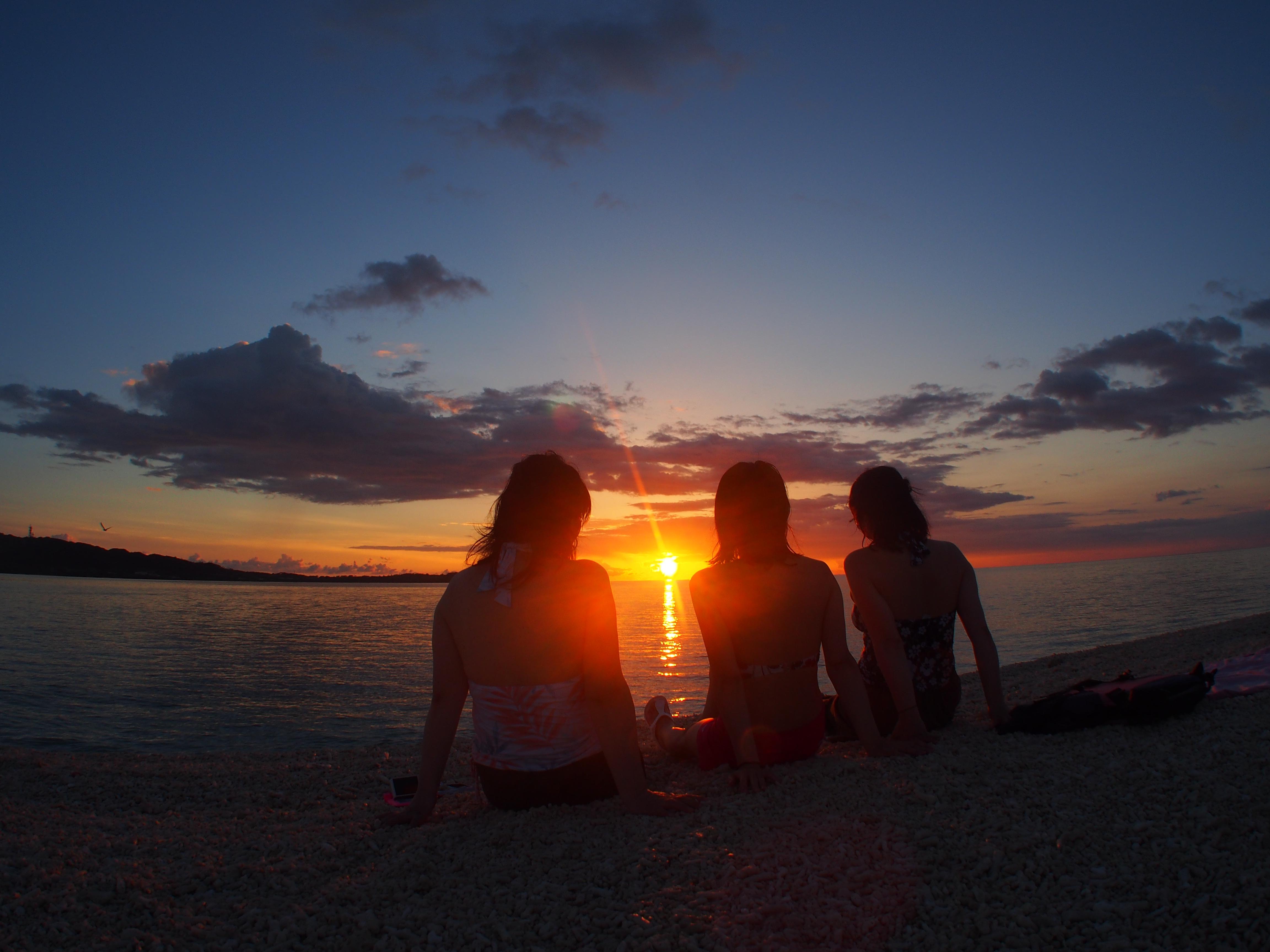 マジックアワーの余韻に浸る女性3人