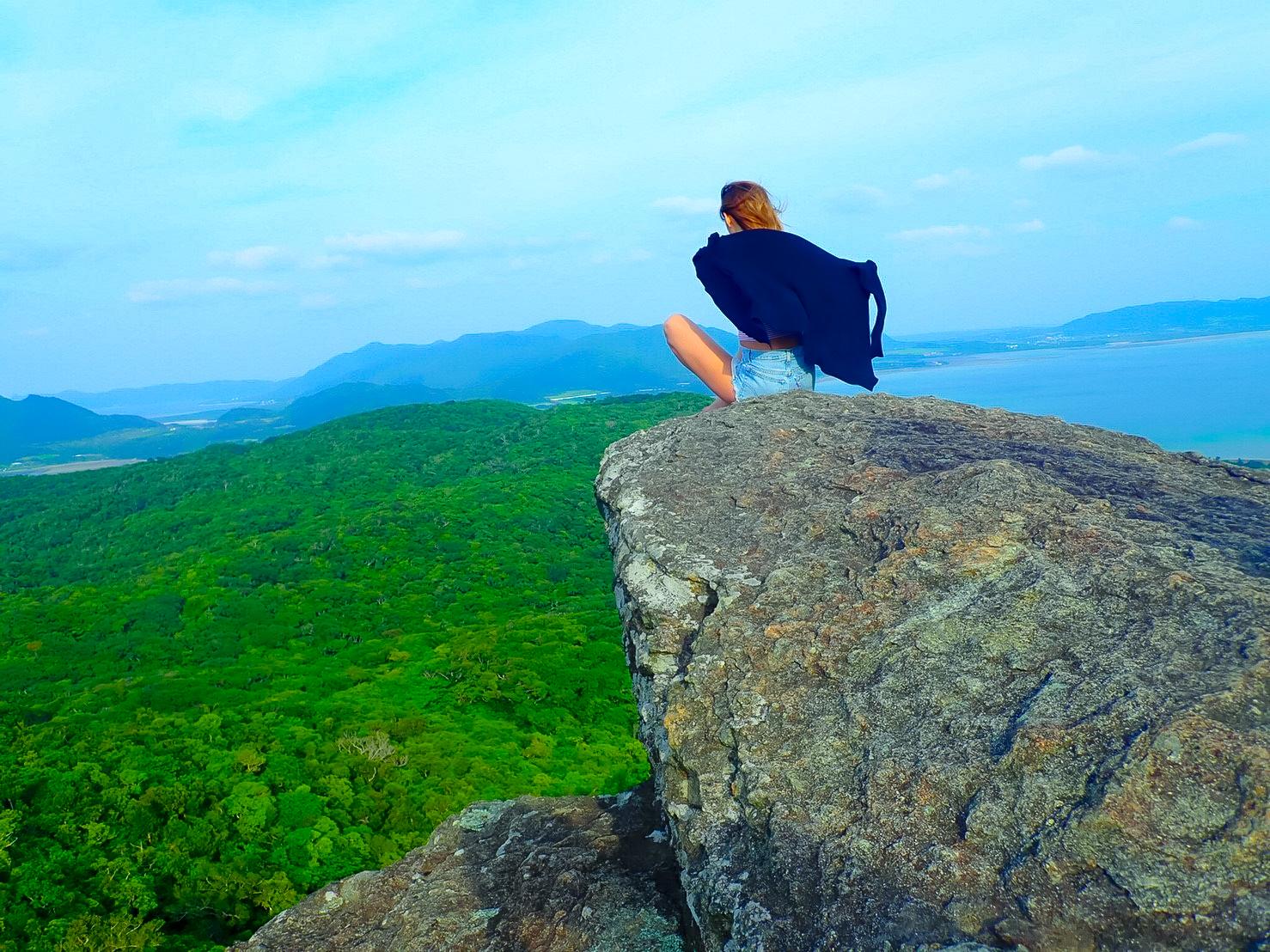 石垣島ジャングルを高台から見渡す女性
