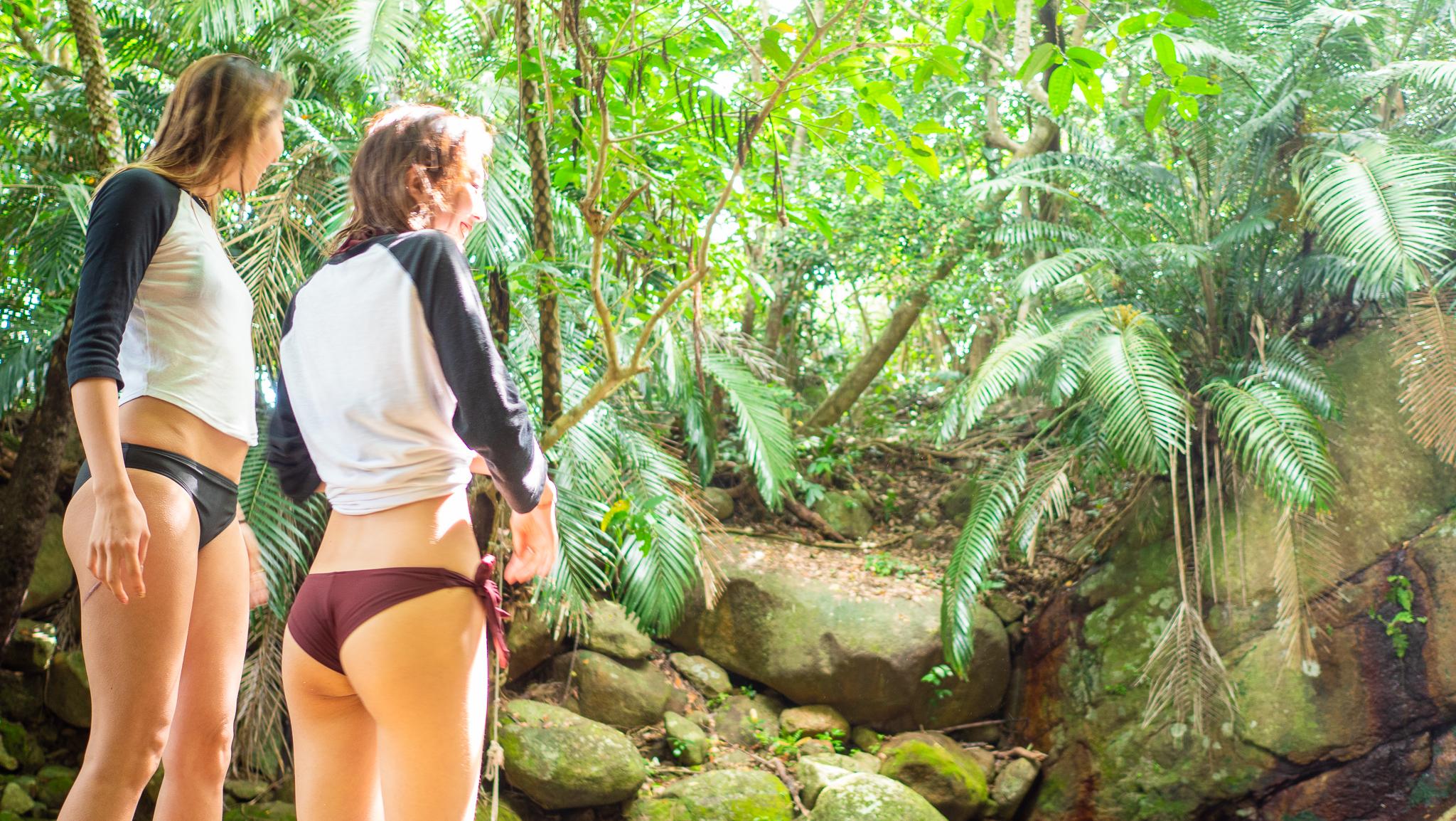 荒川の滝で休憩する女性2人