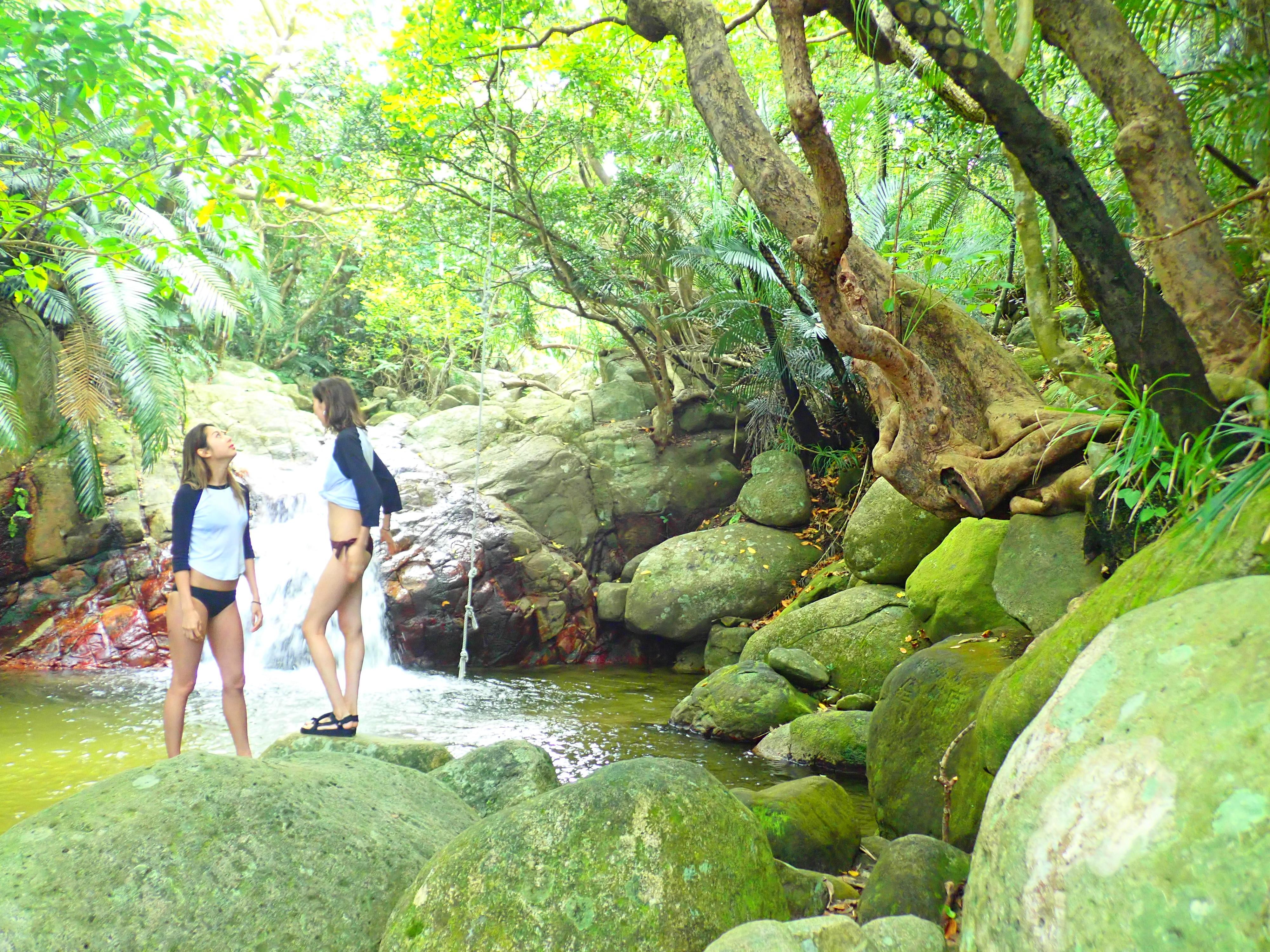 荒川の滝で自然を楽しむ女性2人