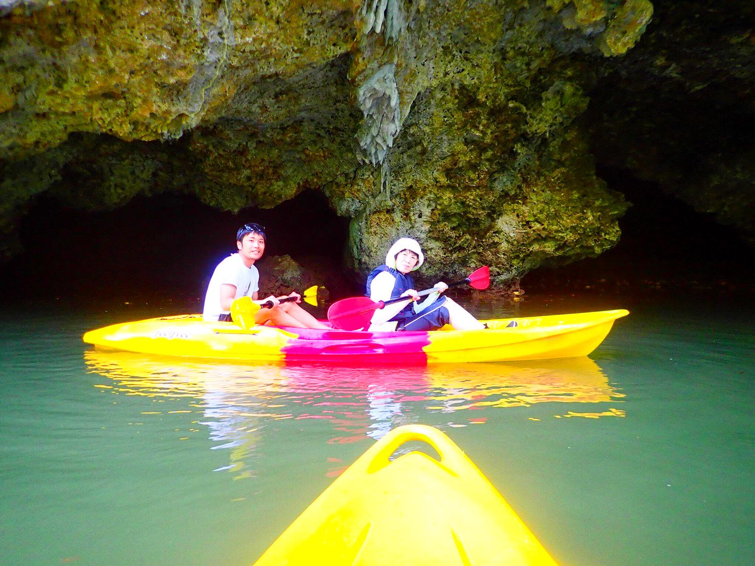 洞窟でのカヤック