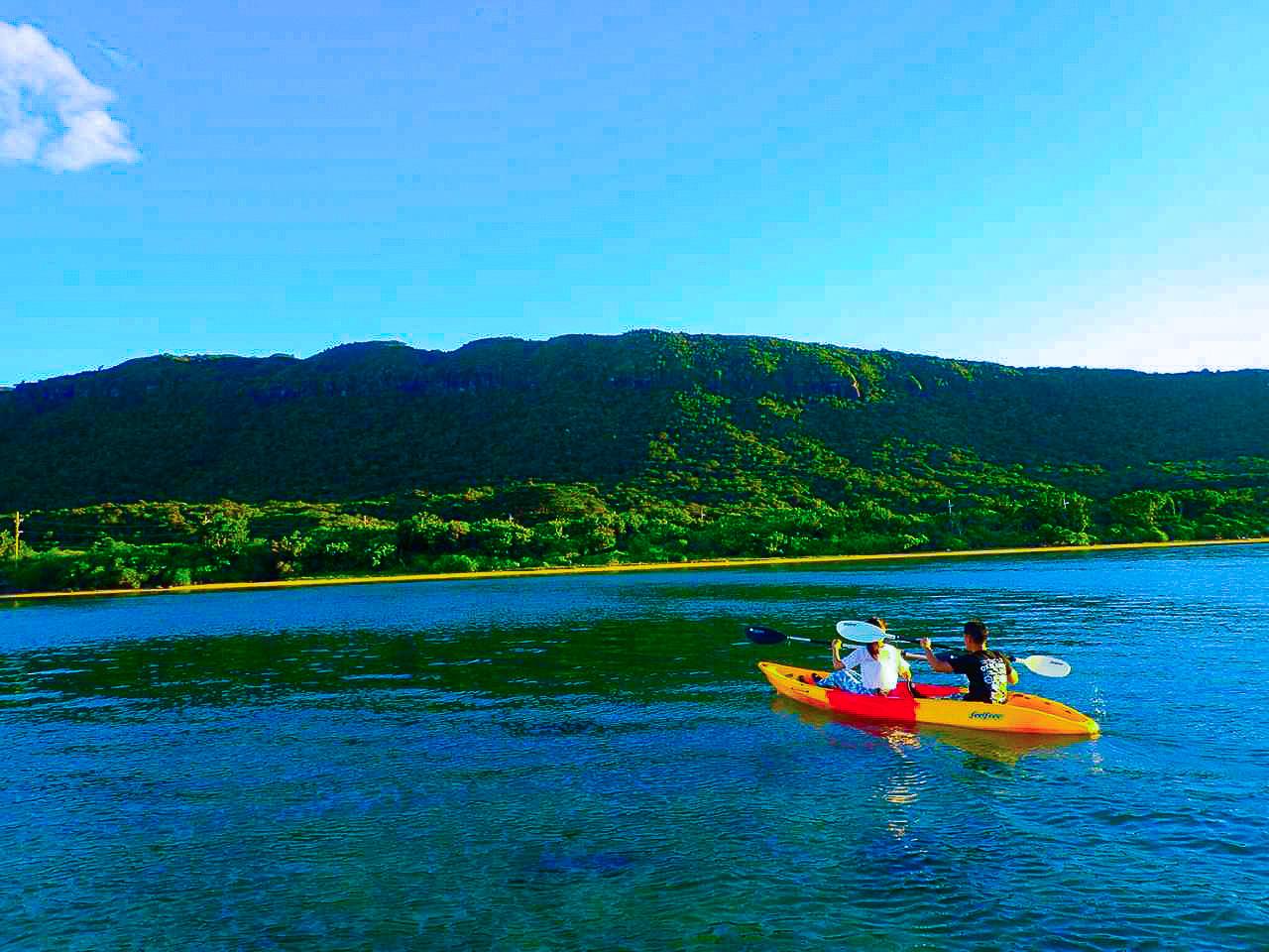 川平湾でのカヤックツアーに参加の2人組