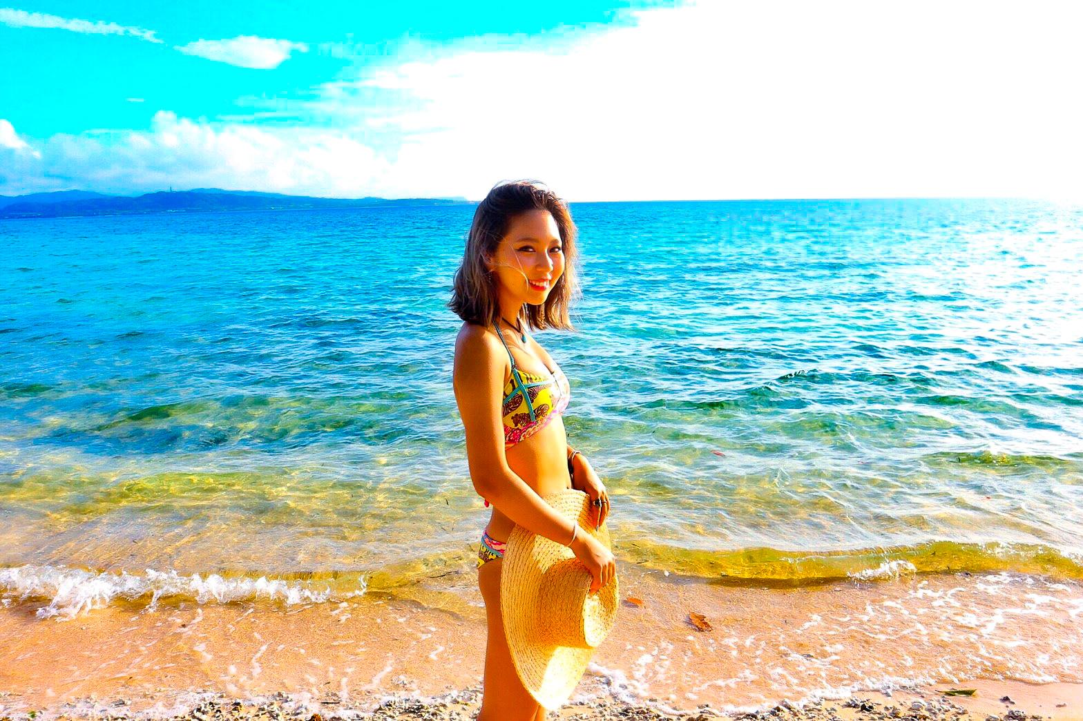 石垣島のビーチに佇む美女