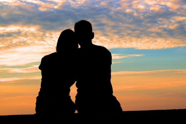 石垣島でカップルでサンセットを見る