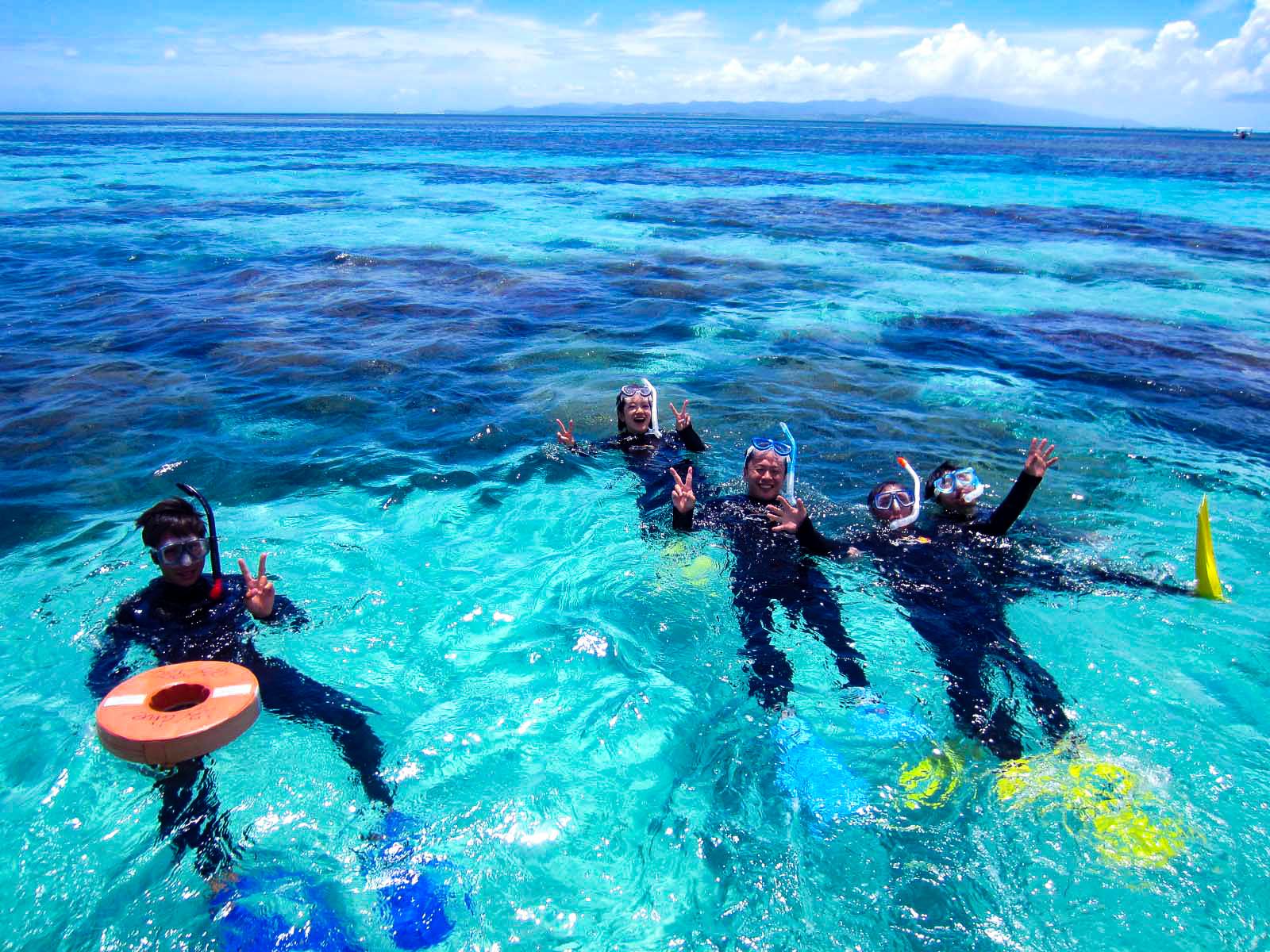 石垣島の青い海でのシュノーケリングツアー