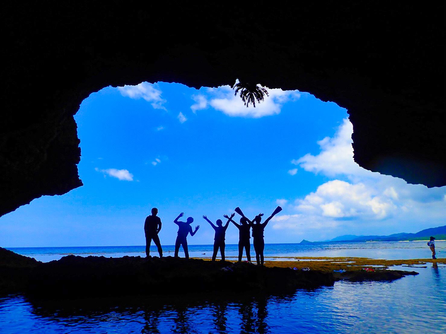青の洞窟の目の前でポーズ