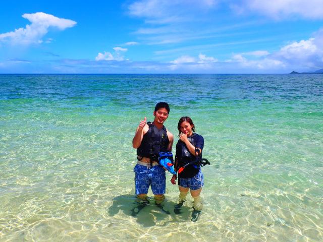 石垣島の海で撮影を楽しむ2人