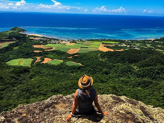 女子旅トレッキングで野底岳の頂上から絶景をみる