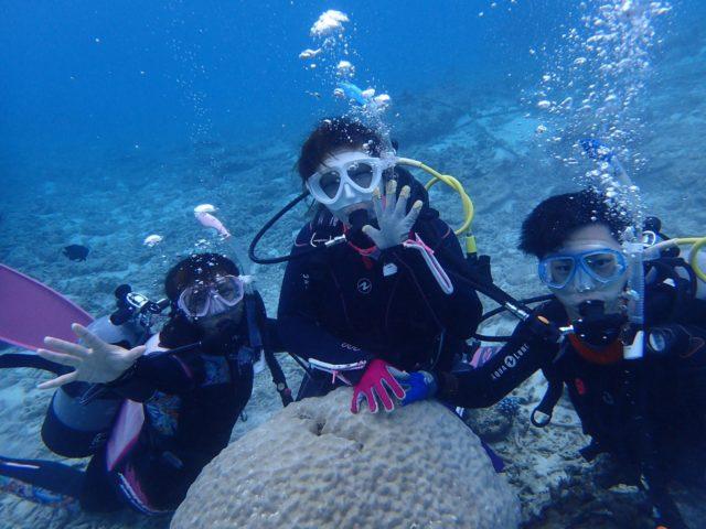 ダイビングで息をする3人組