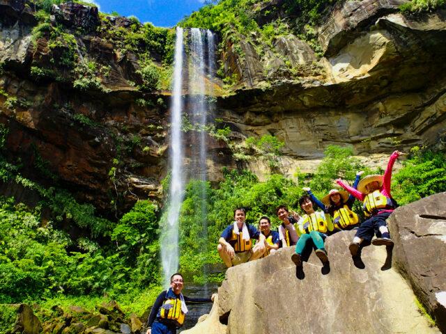 ピナイサーラの滝上滝つぼで記念写真