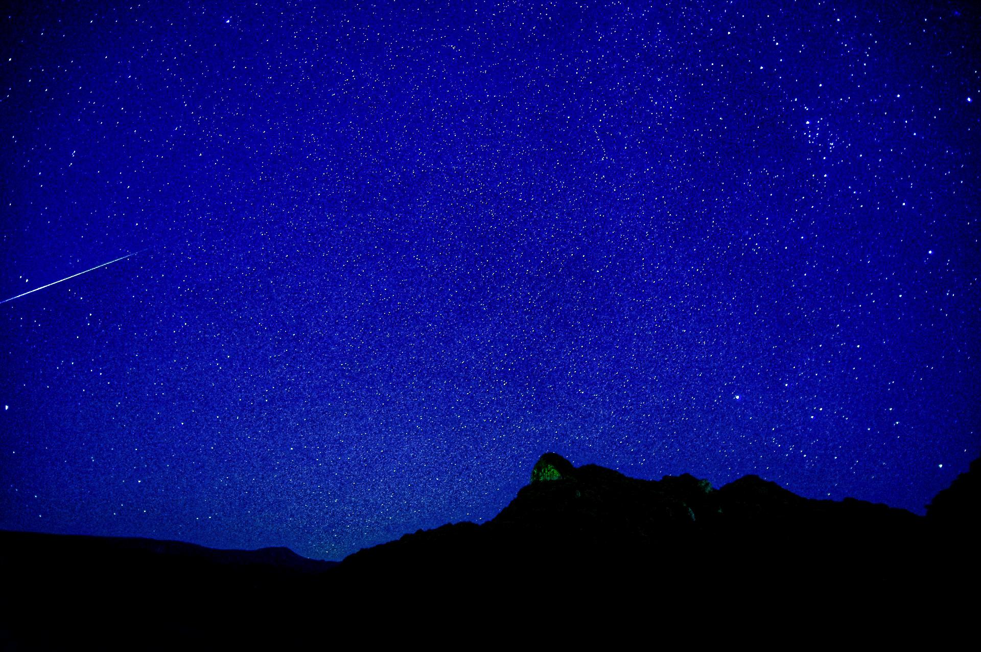 流れ星がたくさん流れる石垣島の夜空