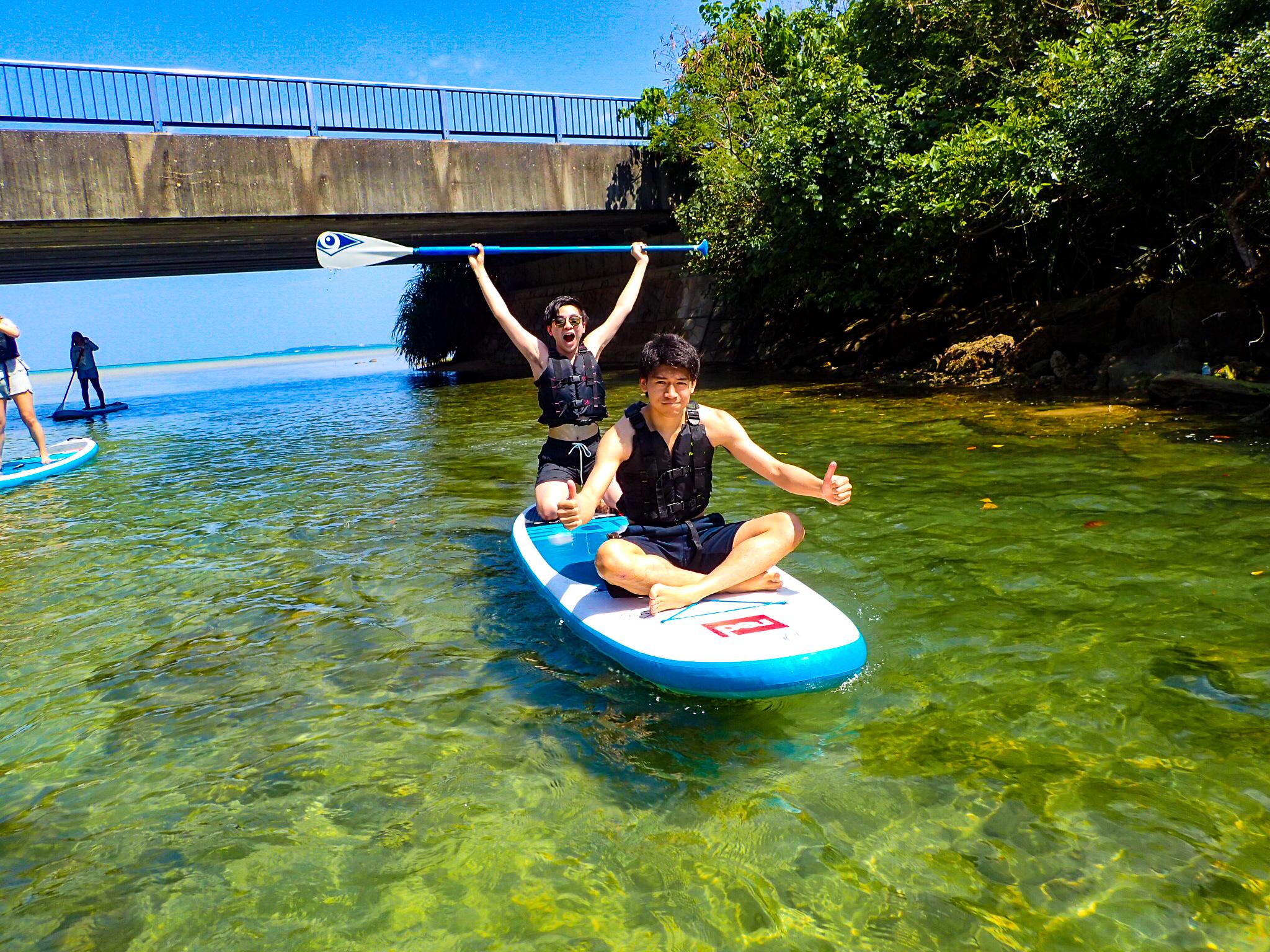 西表島でSUPクルーズを楽しむ男性2人
