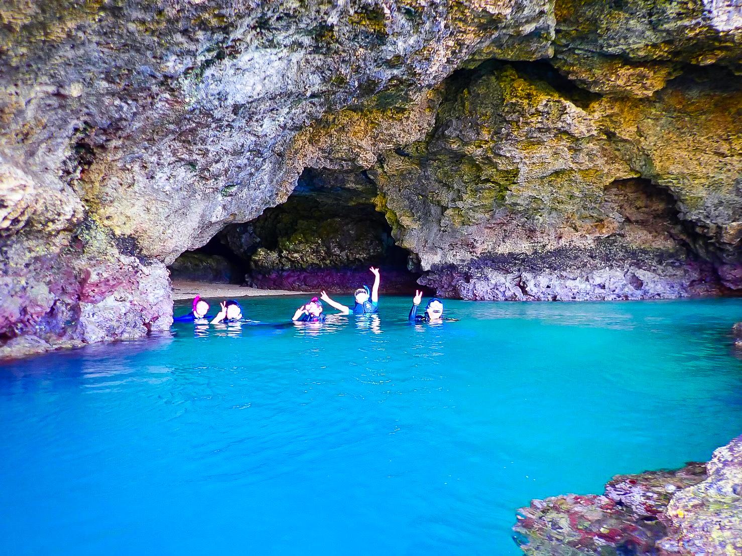 青の洞窟でシュノーケルを楽しむ家族