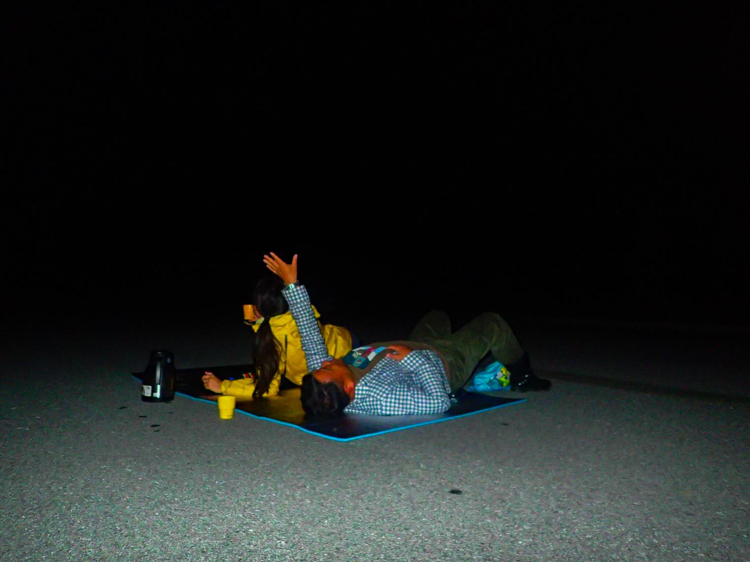 家族で寝転がりながら星空観察を楽しむ