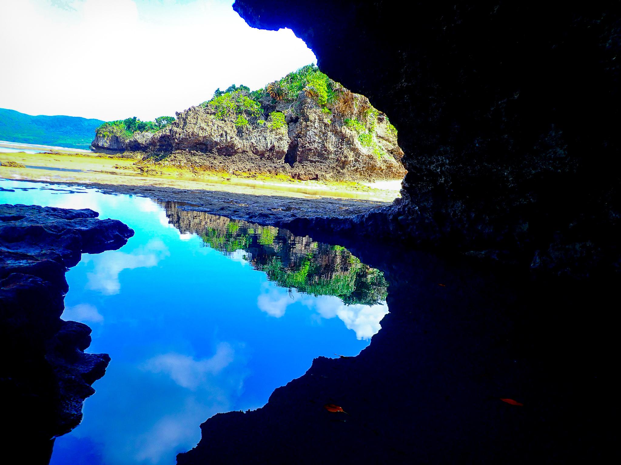 海面が美しい青の洞窟の神秘的なシーン