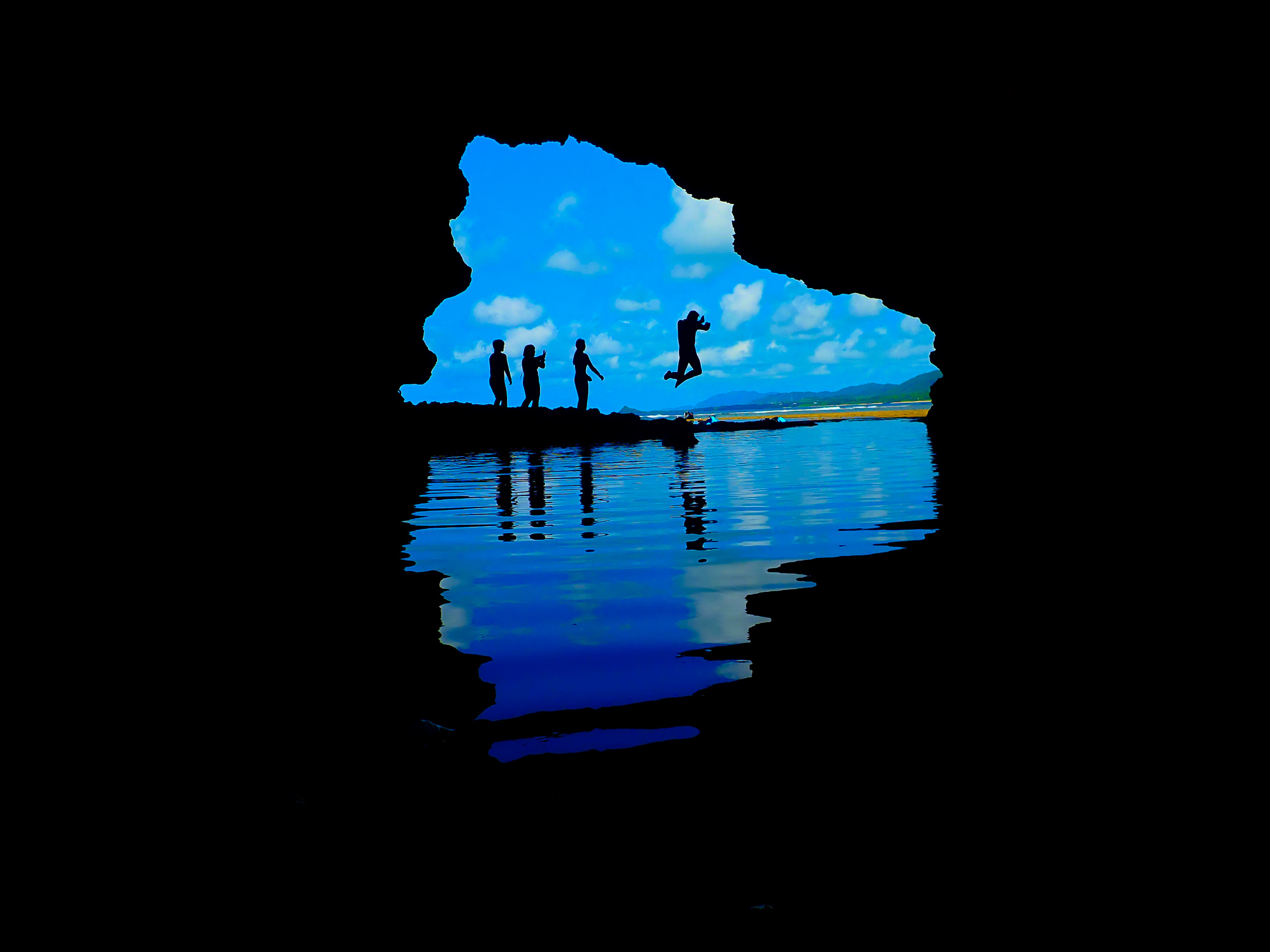家族みんなで青の洞窟に飛び込む姿