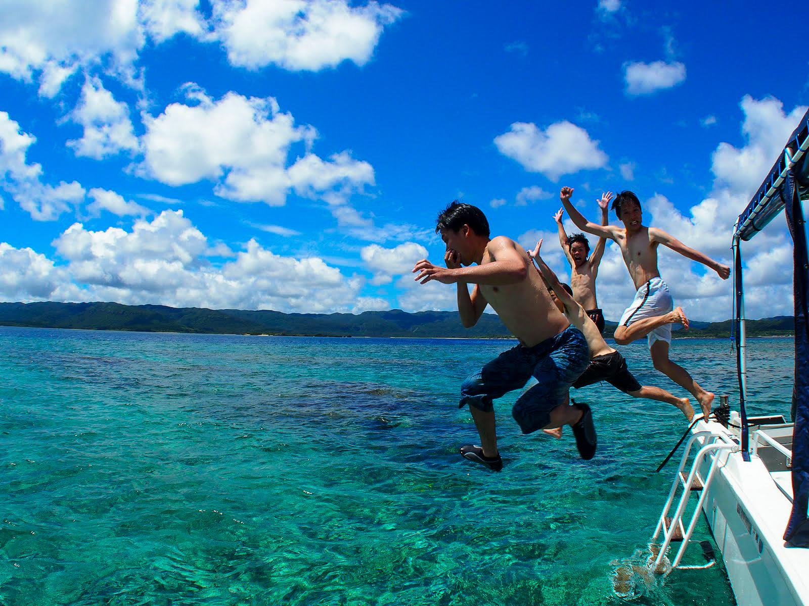 石垣島の海を船からダイブしてシュノーケルを楽しむ
