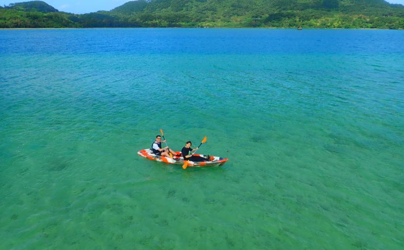 川平湾の中心でカヌーをする2人