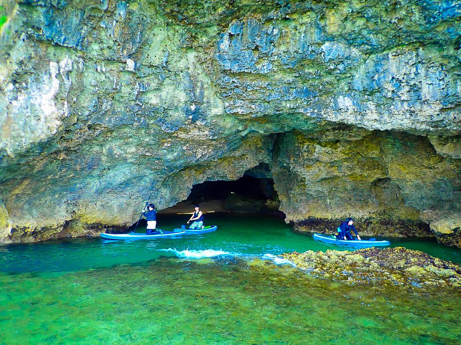 洞窟の中をパドルボードを漕いでいく