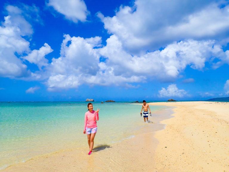 浜島をバックに写真撮影