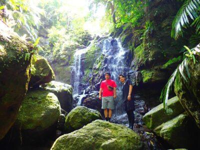 縁結びの滝トレッキングを楽しむ人たち
