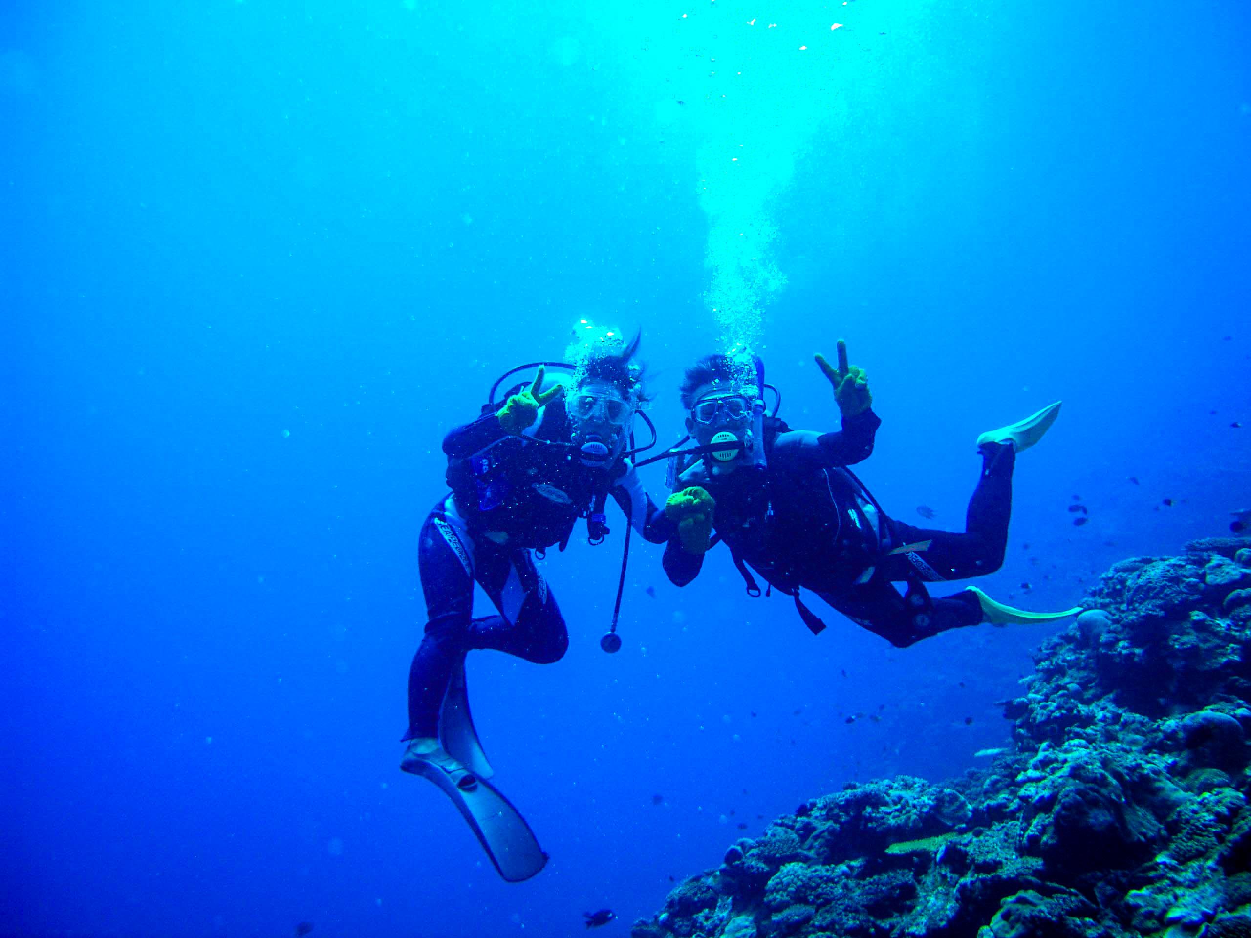 ダイビングツアーに参加するカップル