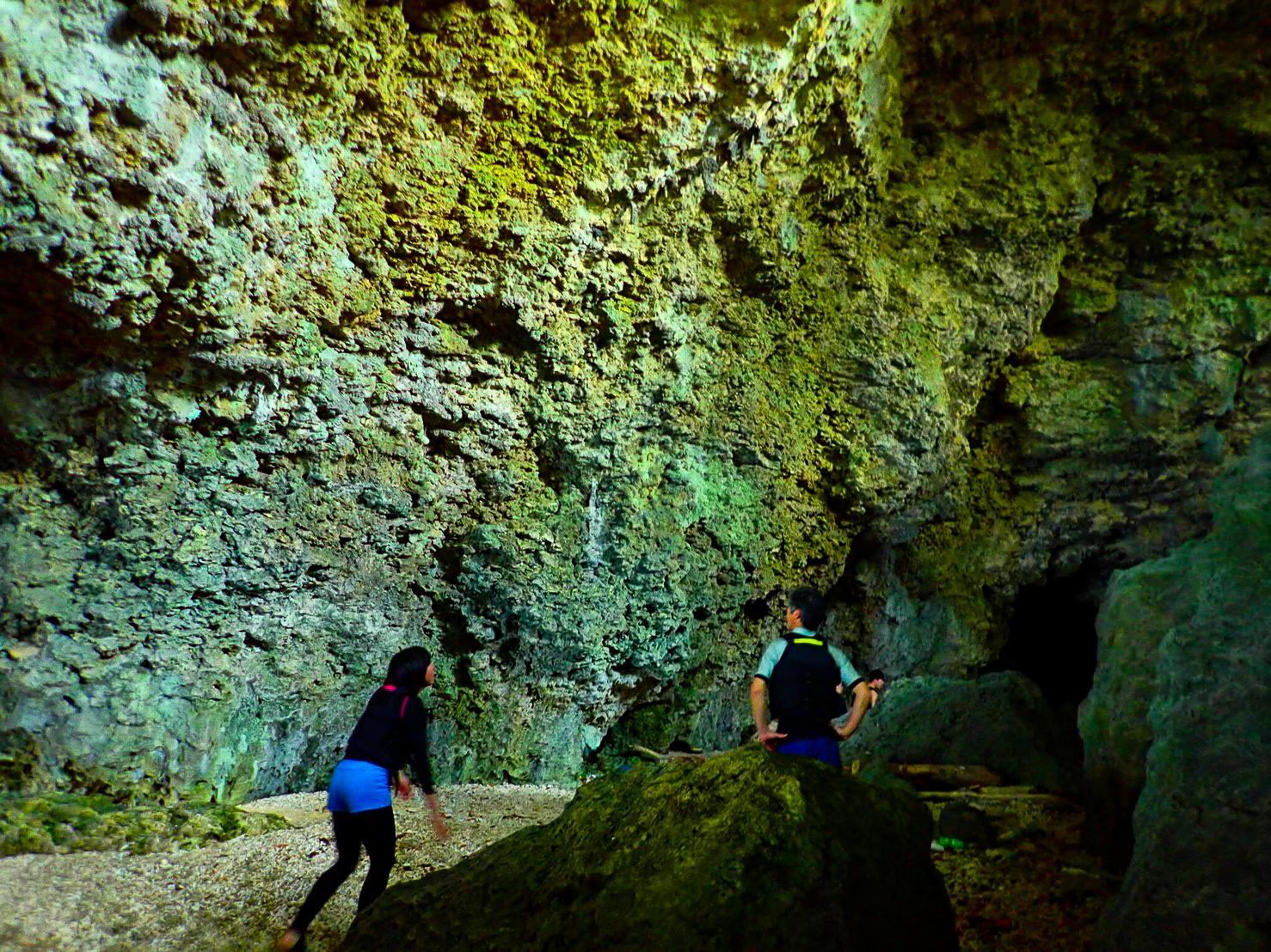 青の洞窟内を探索するカップル