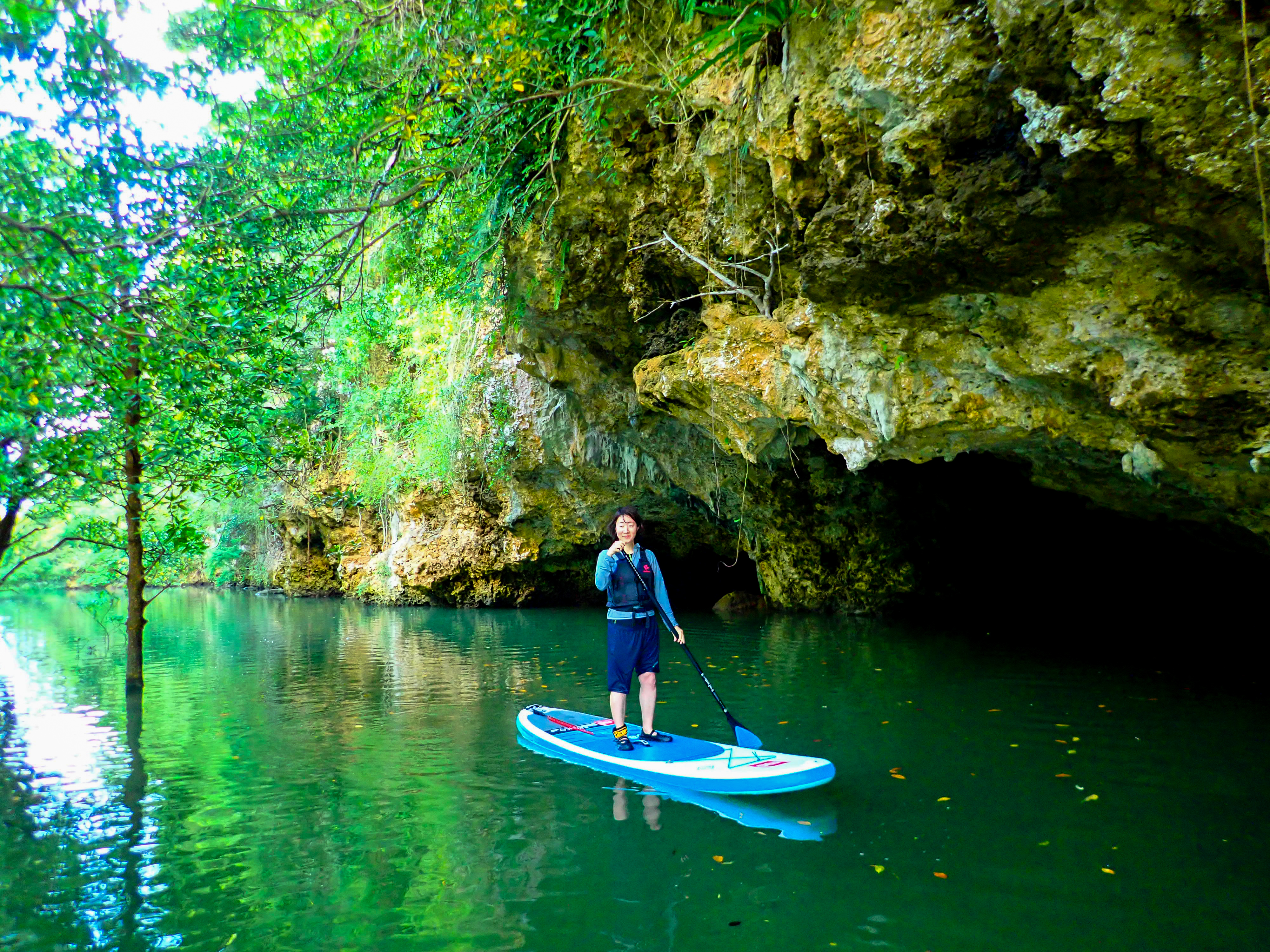 宮良川の洞窟周辺で記念撮影