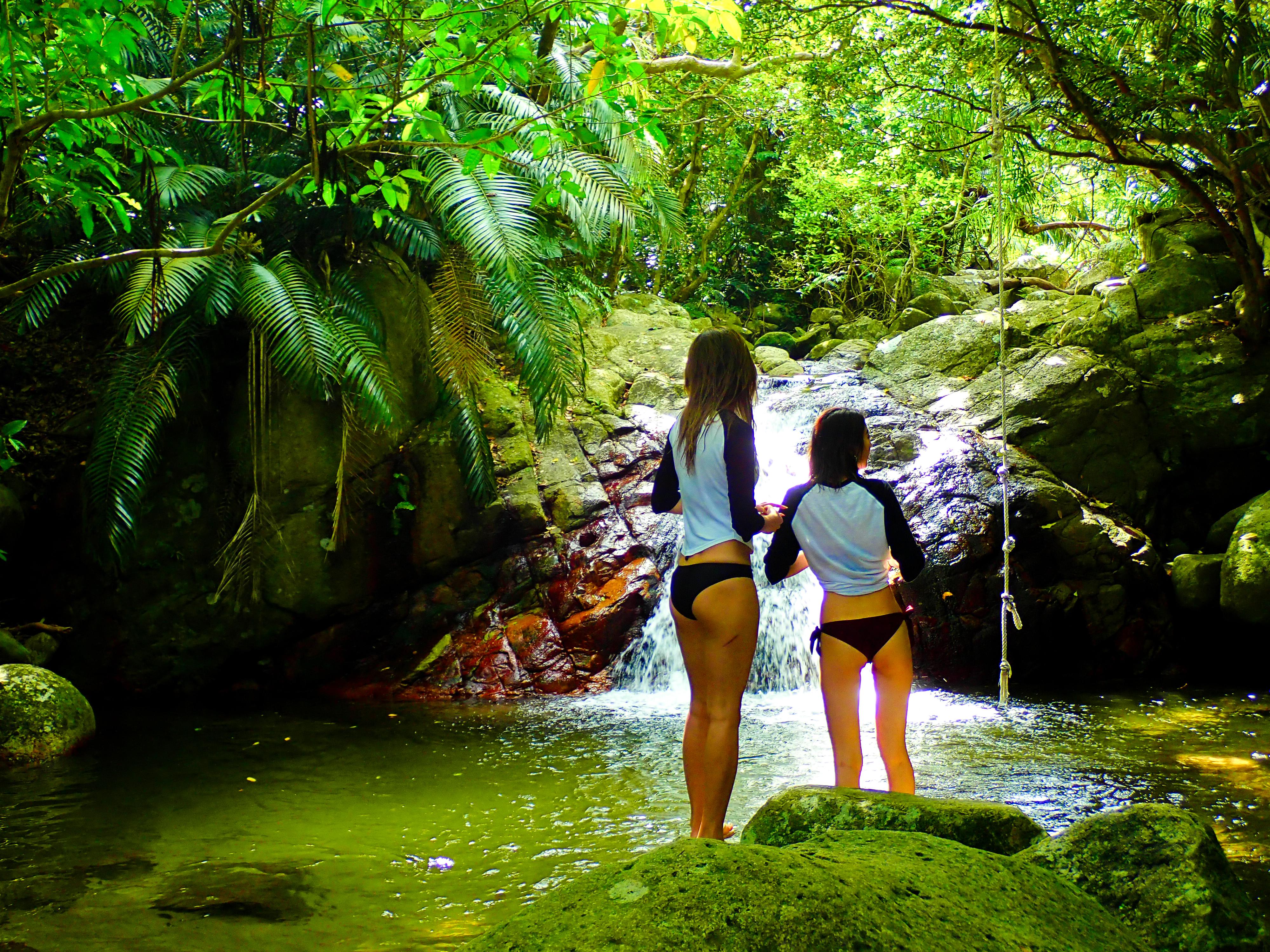荒川の滝を観光する女性2人