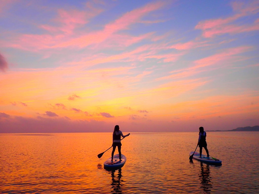 女子旅で名蔵湾でサンセットをSUPの上から見る