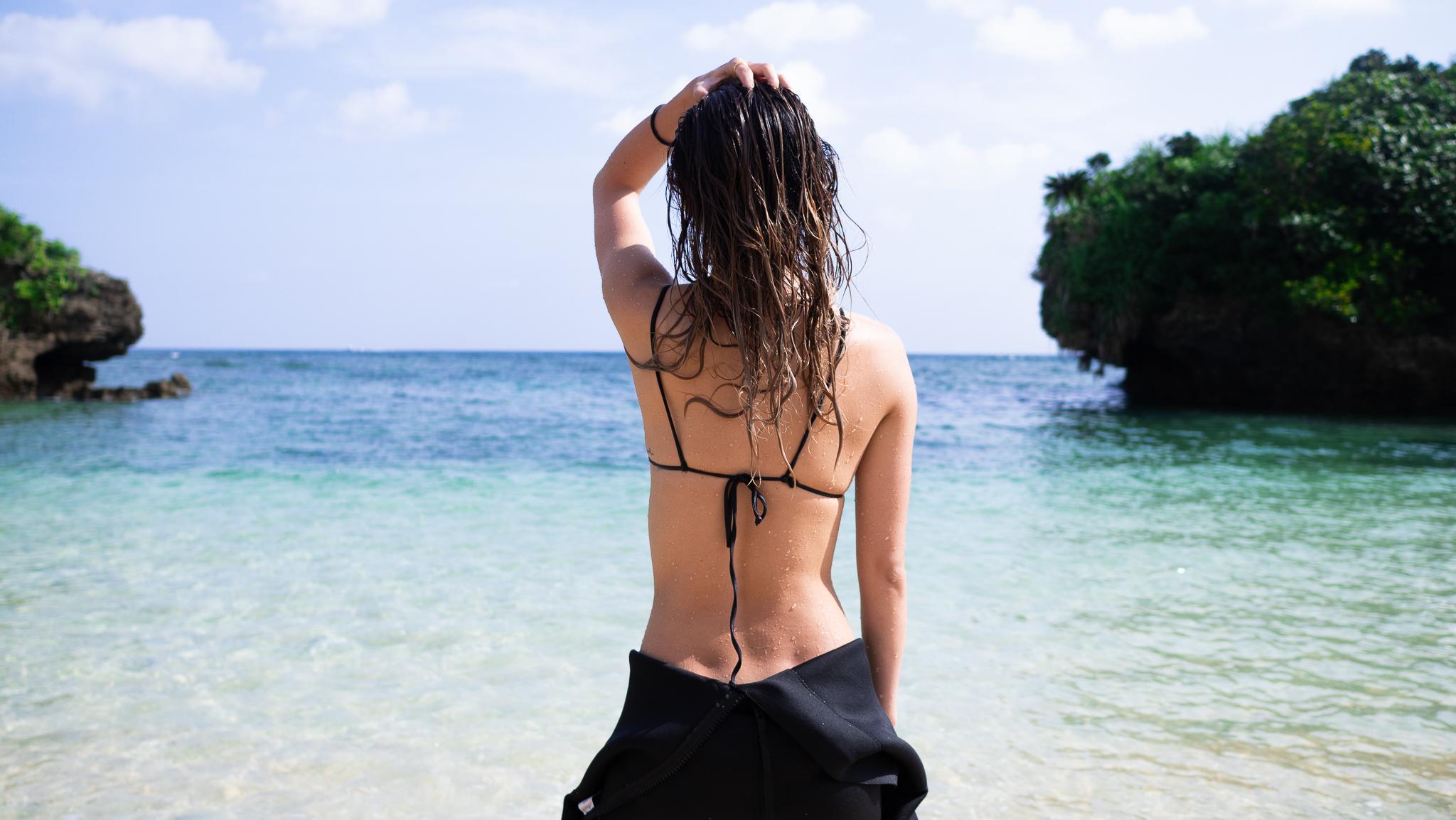 ダイビングの準備をする女性