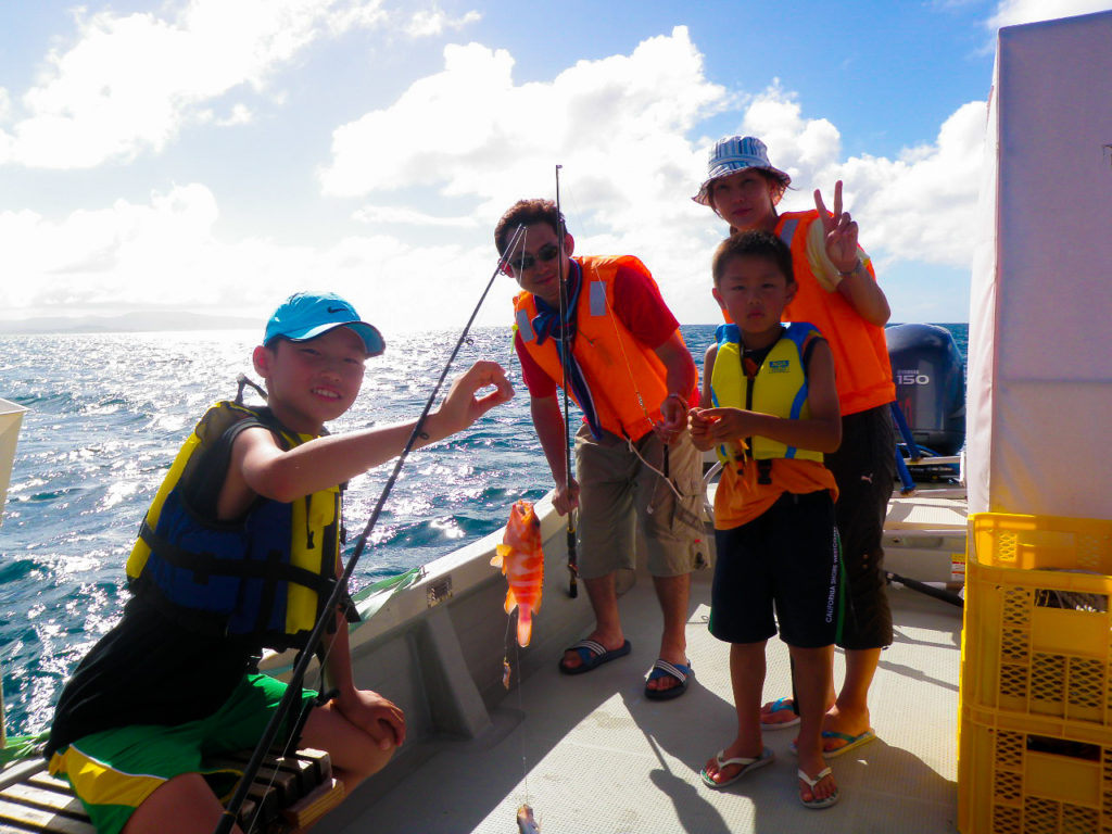 体験ダイビングの後はファミリーで釣りツアー