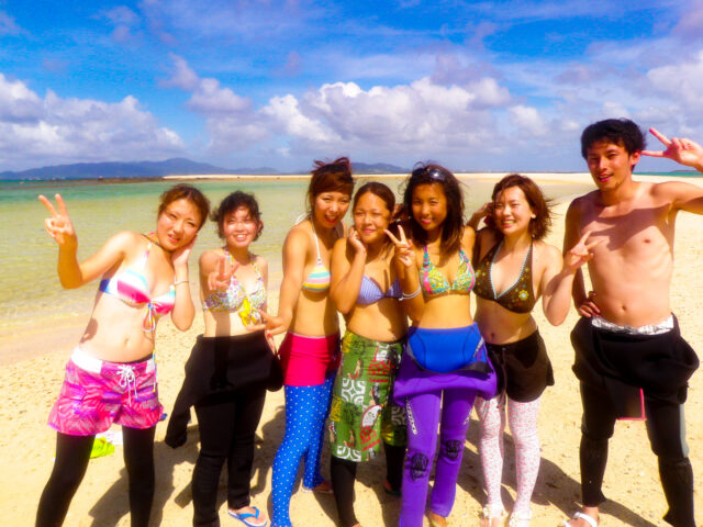 石垣島に団体で旅行するグループ