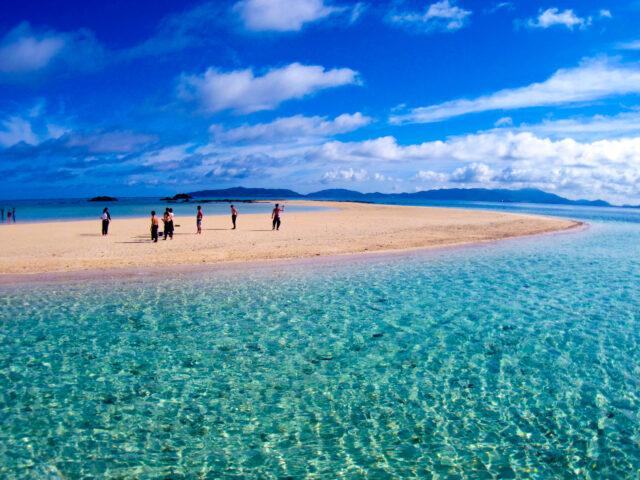 幻の島に上陸した観光客