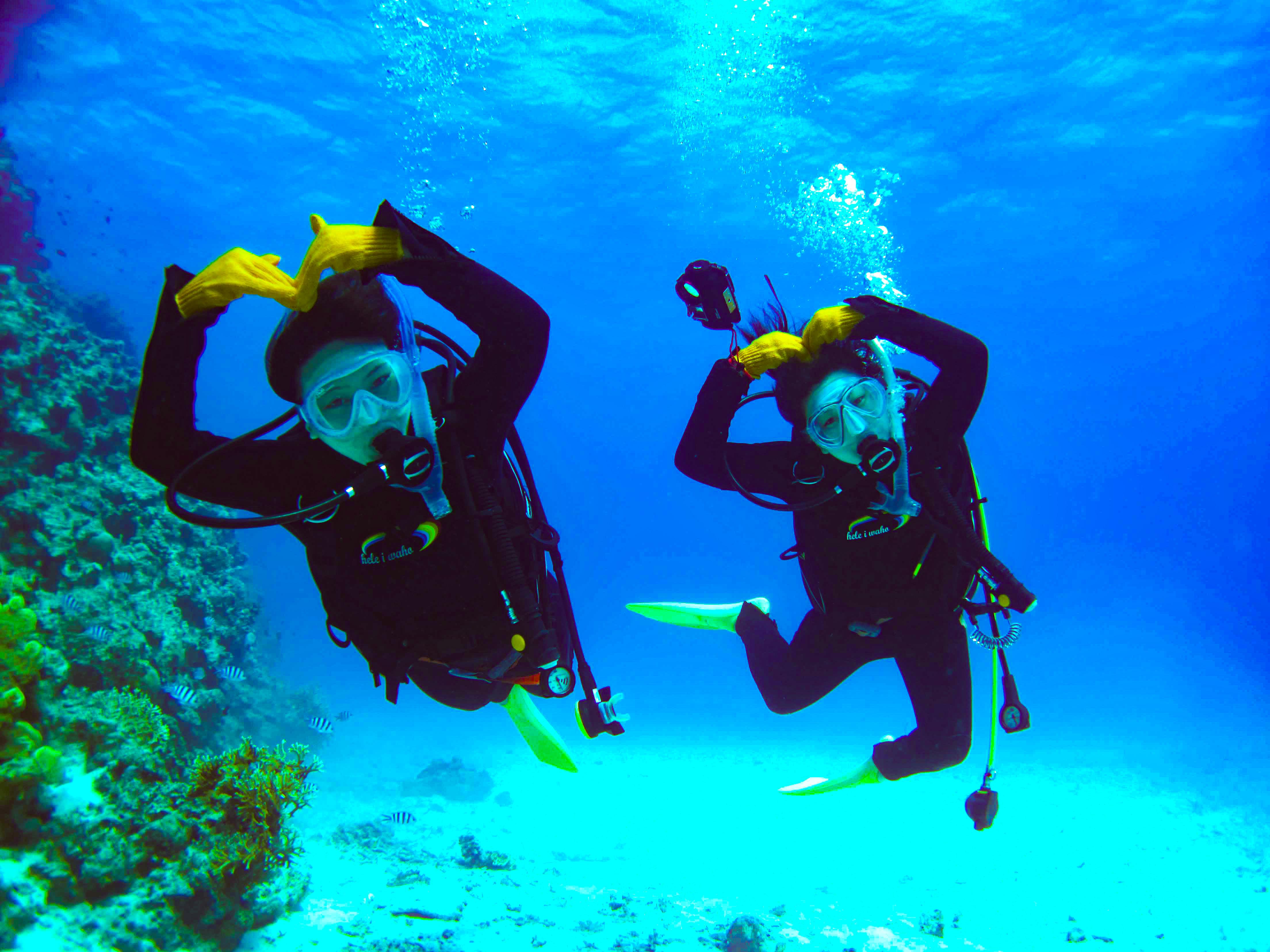 体験ダイビングに参加するカップル