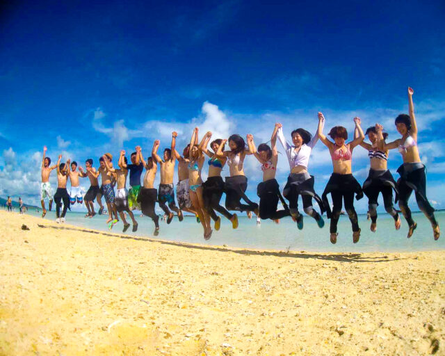 卒業旅行でみんなでジャンプ