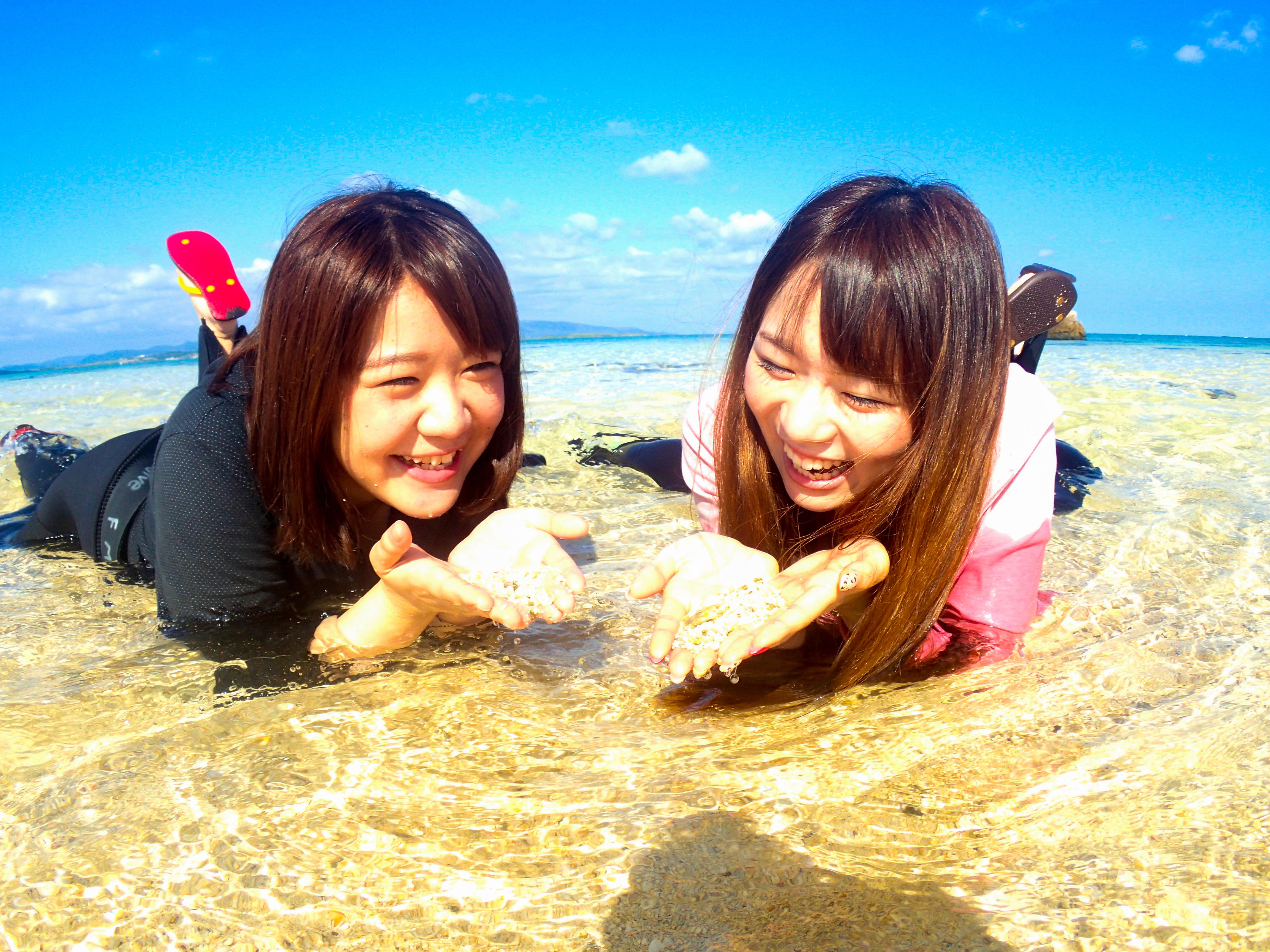 石垣島の幻の島周辺で寝そべる