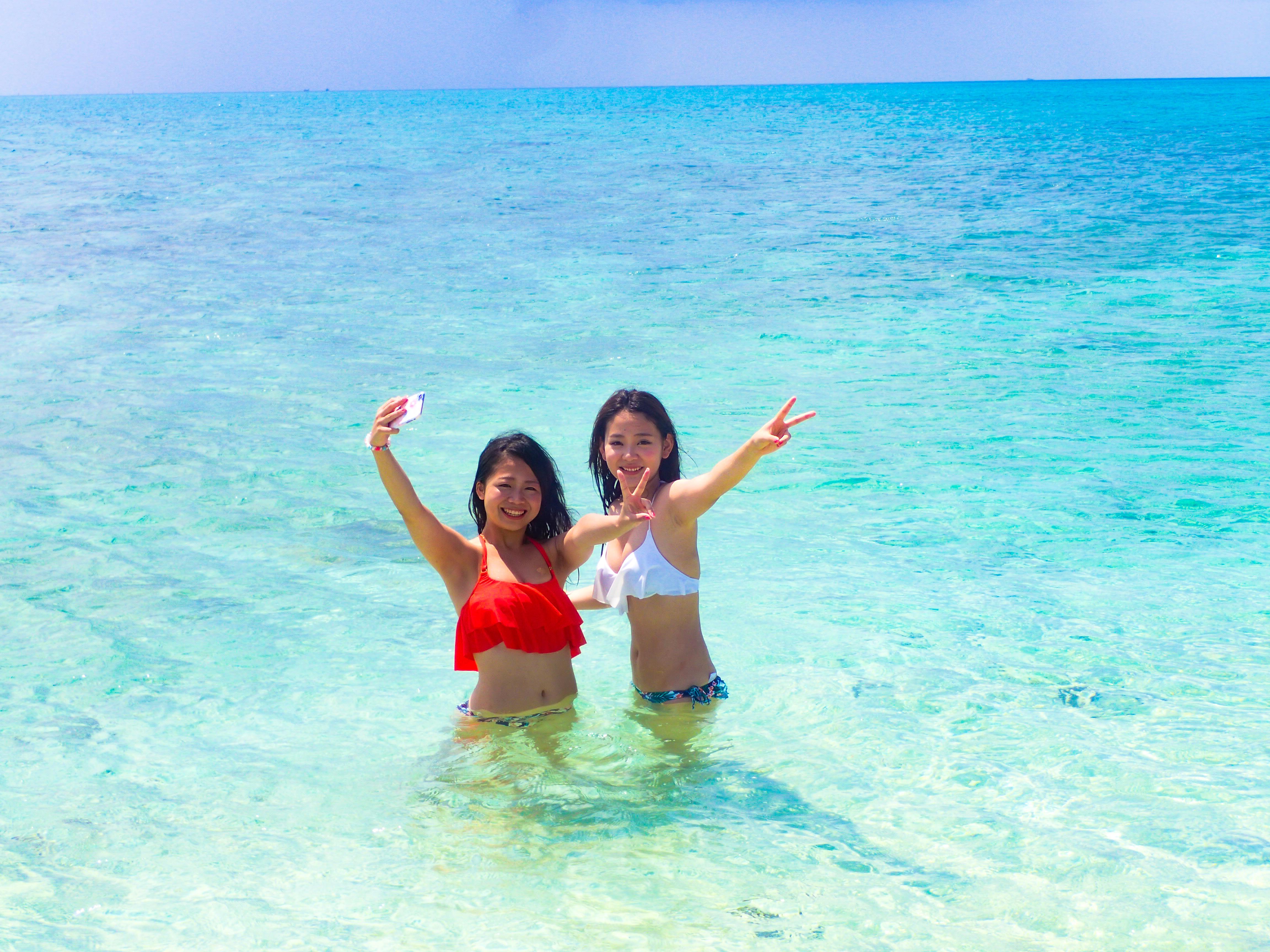 幻の島で写真撮影する女性2人