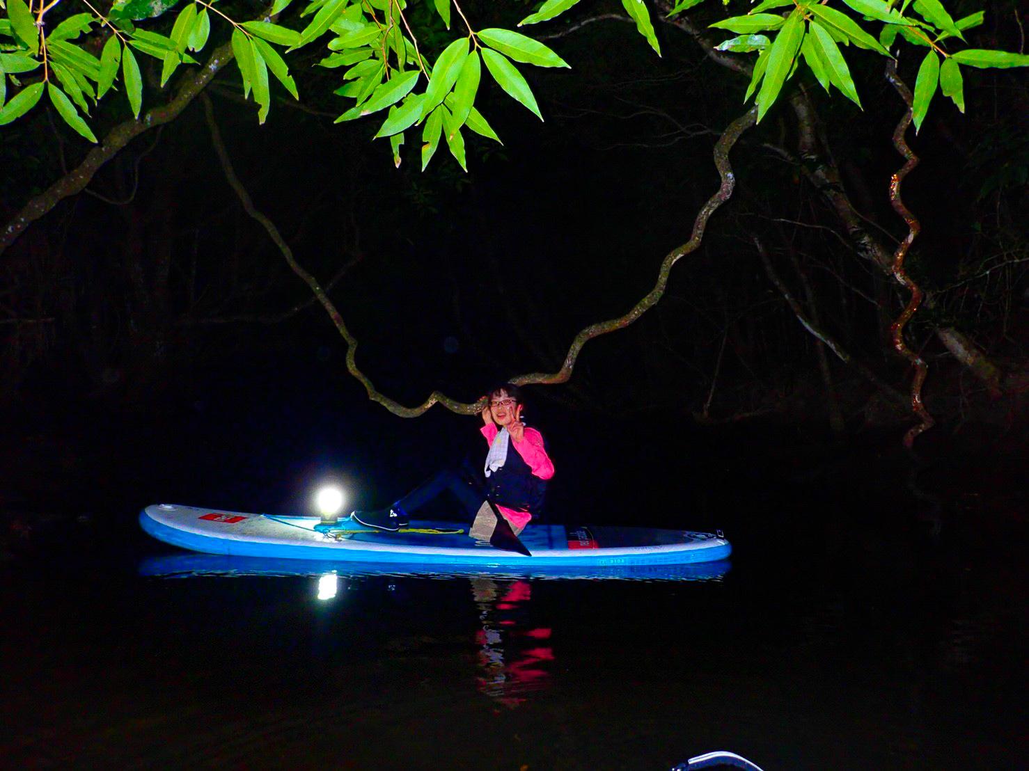 夜のマングローブ川SUPでクルーズ