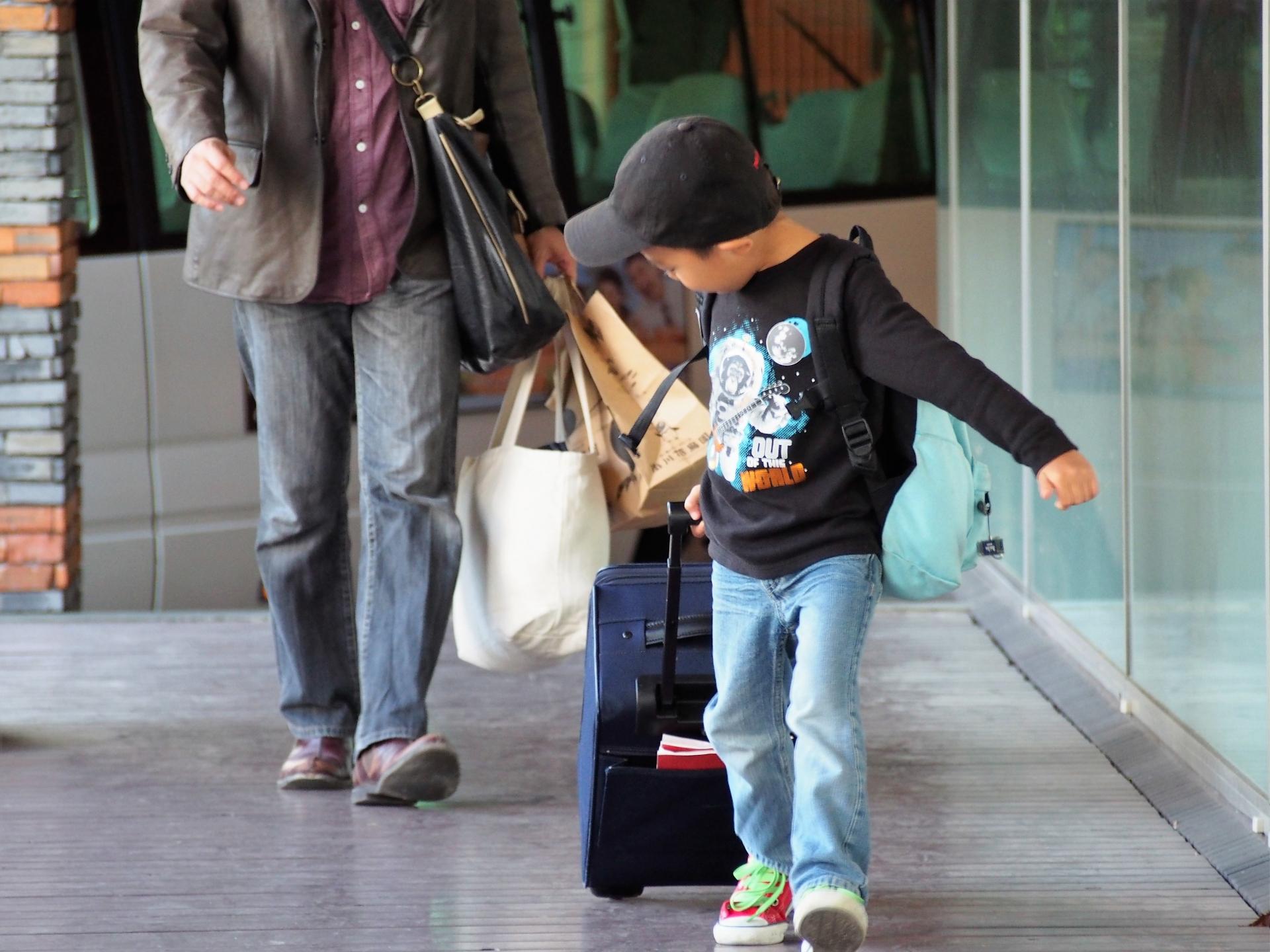 新石垣空港に到着した家族