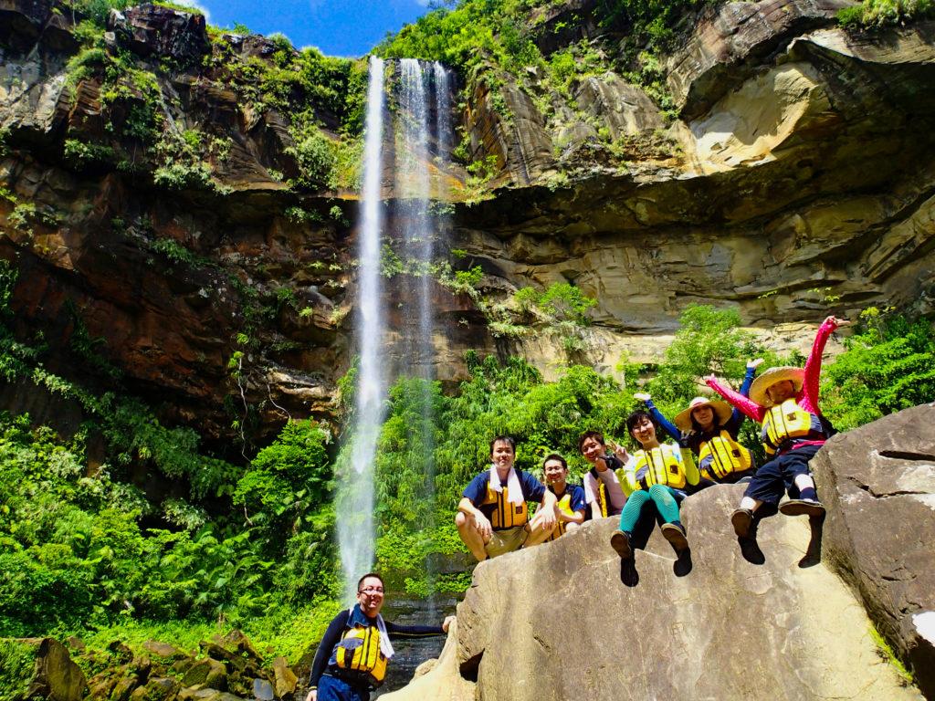 ピナイサーラの滝を観光するグループ