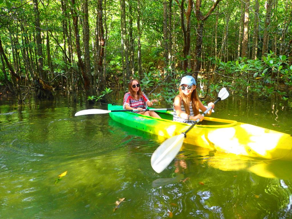 宮良川マングローブカヌーを楽しむ女性2人