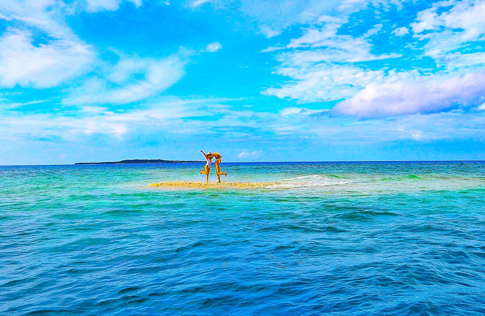 奇跡の島バラス島に立つ女性2人