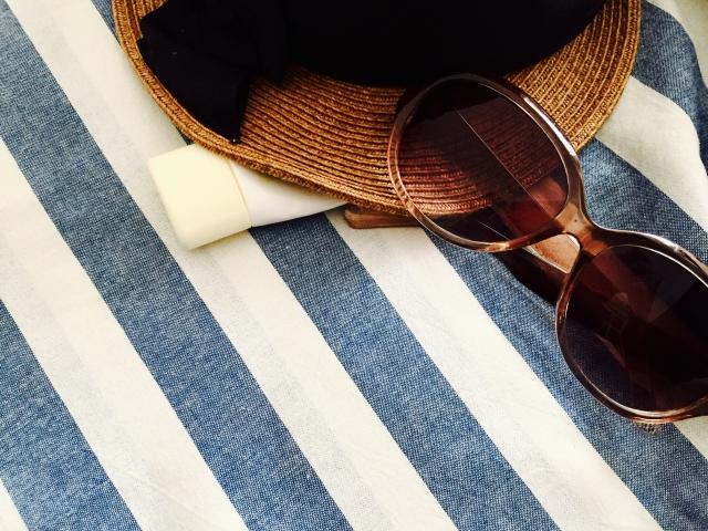 麦わら帽子、サングラス、日焼け止めのビーチセット