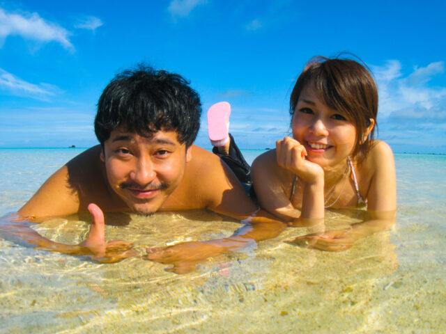 幻の島、浜島で記念撮影をするカップル