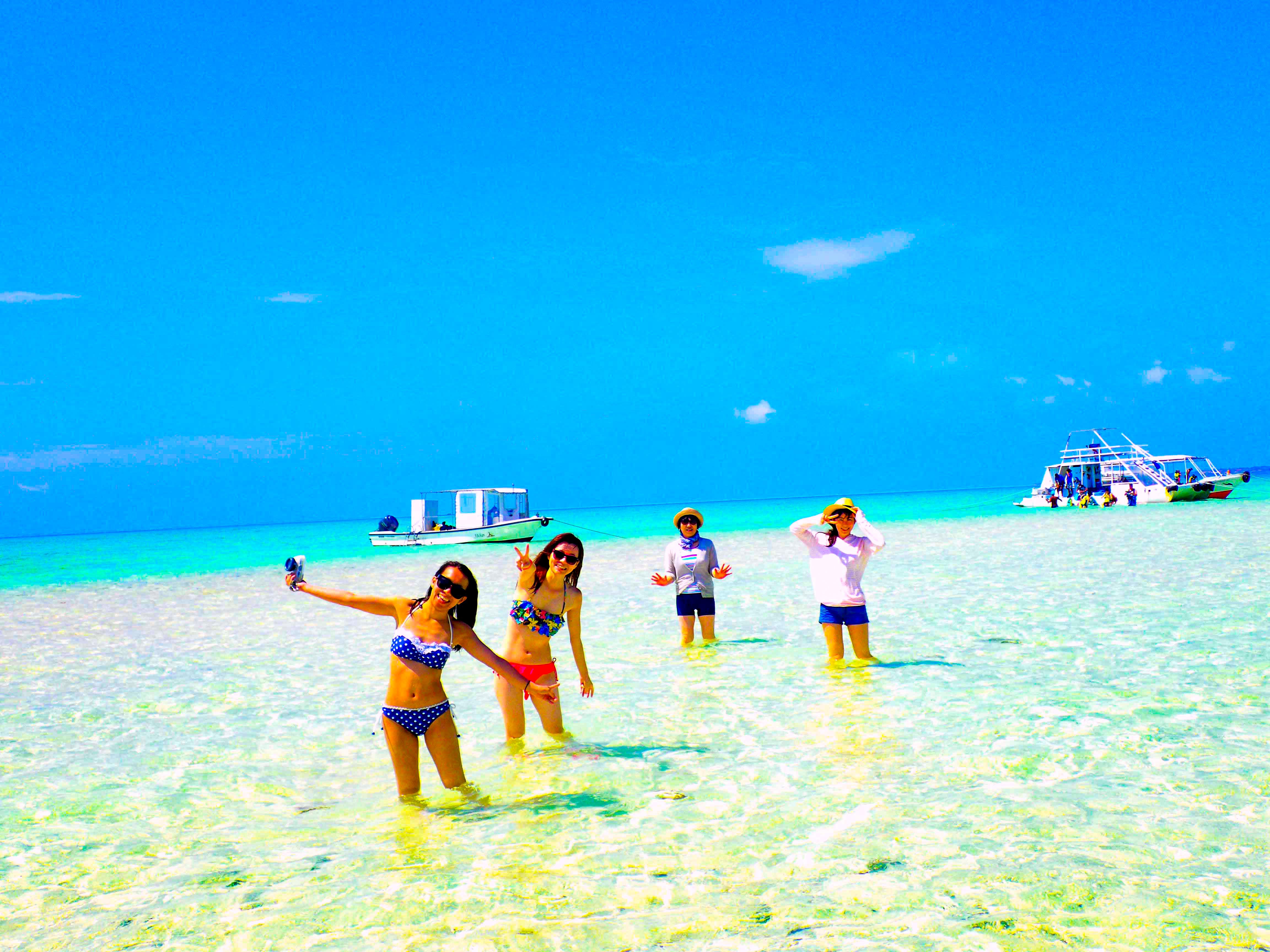 幻の島で遊ぶ女性グループ