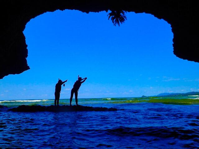 青の洞窟入り口でポーズを決める観光客