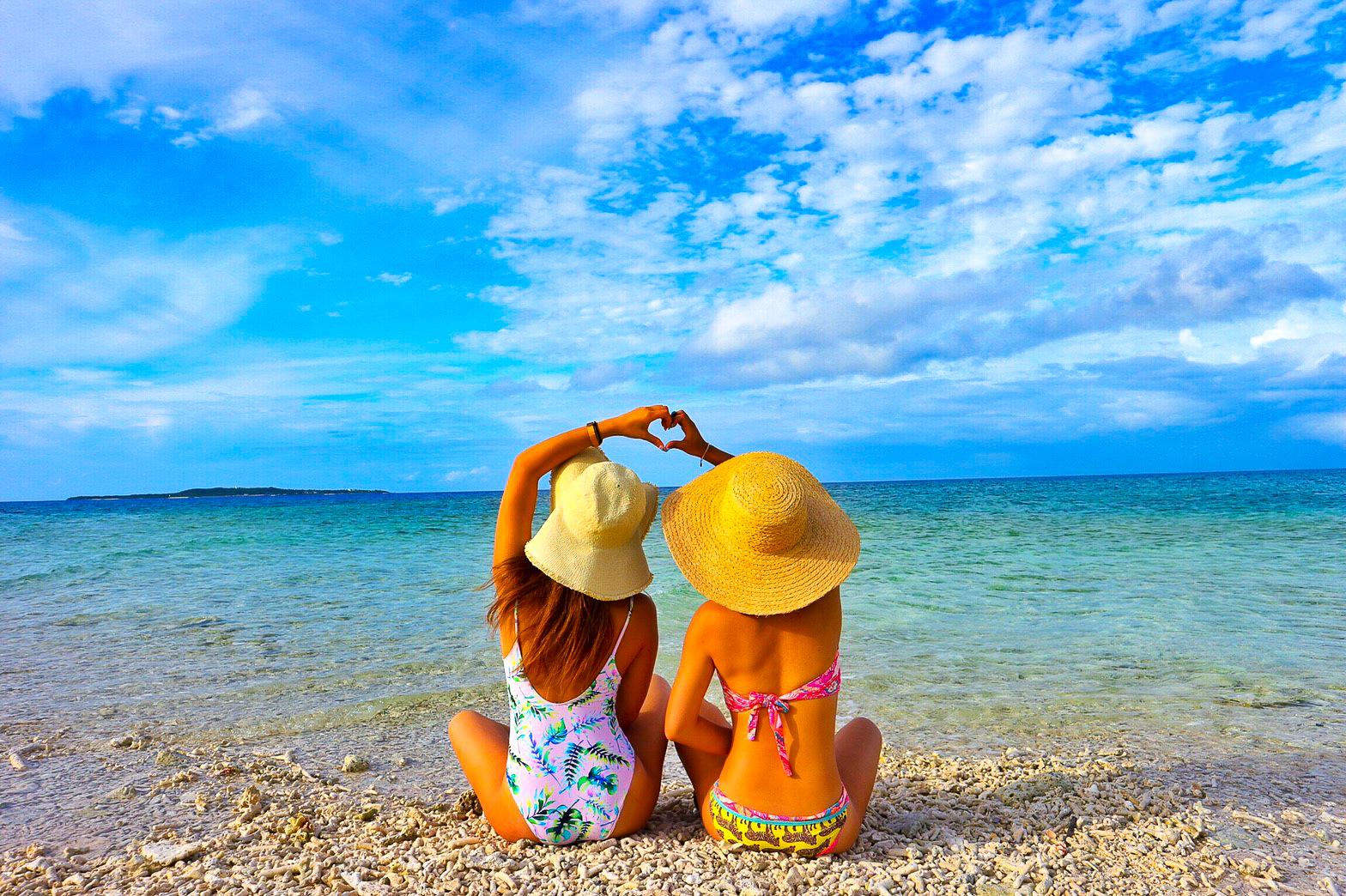 西表島の絶景離島でポーズをとる女性2人