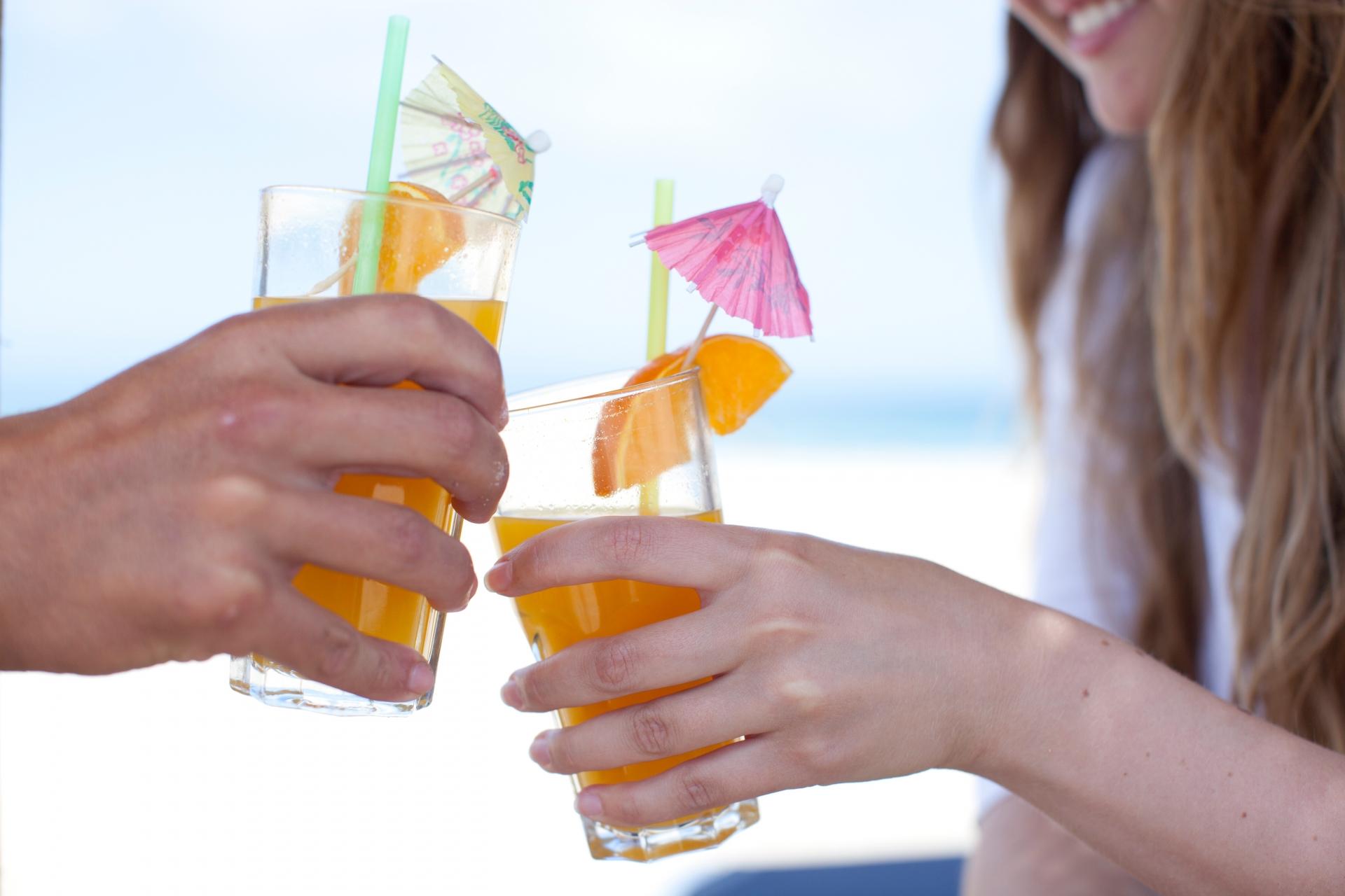 石垣島にてウェルカムドリンクで乾杯するカップル