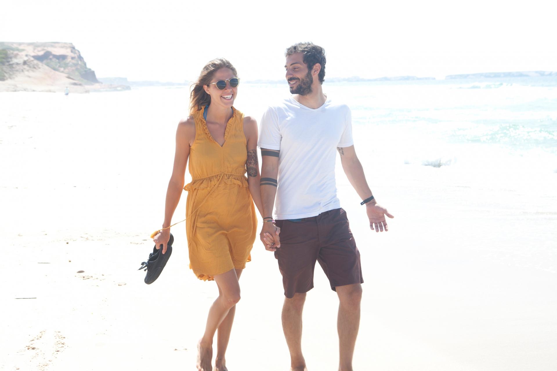 石垣島ビーチを散歩するカップル